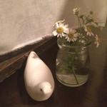 38695202 - テーブルにはこんなかわいー小鳥ちゃんとお花。