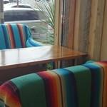 DivingShop&Cafe Gillman - 外との境界がないソファー席!解放感があります。