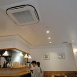 ラガッツァラードラ - 白を基調とした清潔感溢れる店内