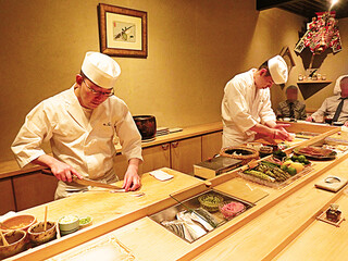 鮨 石島 - ●シミュレーション▶︎【9】職人さんのパフォーマンス、写真手前の眼鏡の方はすごく大きな動きで寿司をにぎり、奥の方は寿司をじっと見つめながら握っているのが印象的でした!