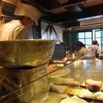 シャンウェイ - 鉄板での調理を眺めるのも楽しい