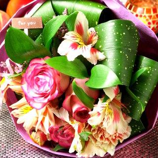 お誕生日の方への花束、ケーキの手配もできます。