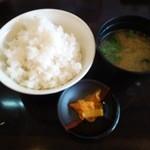 とんかつ ひろ喜 - 定食のご飯と味噌汁と香の物