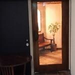 38730512 - 階段で地下へと降りると、こ洒落た空間があった。