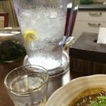 元町通り3丁目 - お水はセルフ、レモン水がポットに入っています