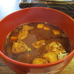 日栄 - この地方定番の味噌汁   赤出汁