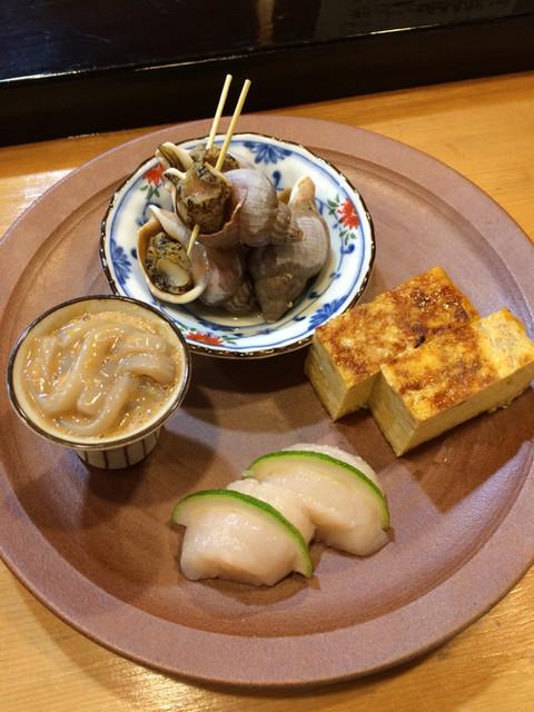 和酒飯くり家 - ツブ貝、卵焼き、塩辛、帆立刺(カボスを添えて)