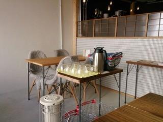 OMISE - テーブル席とセルフサービスのお冷やコーナー