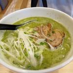 海鳴食堂 - ラーメンジェノバ700円。       ベースの豚骨スープにバジルソースを施した革命的なラーメン。       キレイな緑色が印象的。