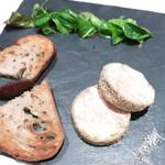 38752542 - 鴨のフォアグラのテリーヌ 田舎風トーストと無花果のシャトゥネ