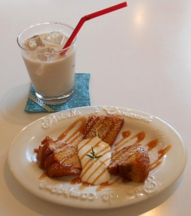 フラワー・ビー - 塩バニラキャラメルのケーキ生クリーム添え アイスチャイ