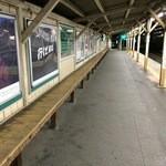 38755731 - 東中神駅ホームの長いベンチ。
