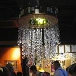 フレンチ小料理バル megane - 眼鏡のレンズを吊るしたシャンデリア