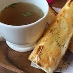 Cafe de Manma - パスタランチとピザランチのスープとバケット。バケットの味は選べます。