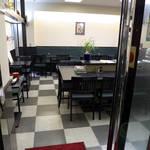 38763782 - 店は地下にある。中央のテーブルは、カウンター的に運用される