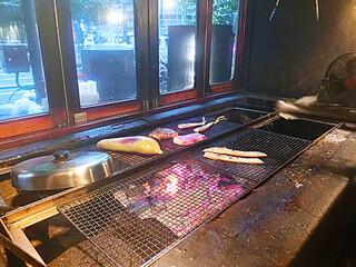 越後屋八十吉 - ●シミュレーション▶︎【2】干物がウリのこのお店。店頭でお魚を焼いています!