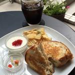 グッドニュースカフェ - ツナメルトサンドとアイスコーヒー(サンドと一緒だとコーヒー250円)