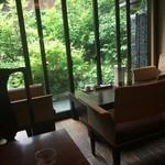 京都綾小路 満月の花 - お庭を眺めながら