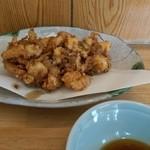 ひつきや - 鰻とかき揚げ定食のかき揚げとつゆ。 かき揚げは単品のハーフサイズだが十分な大きさ、 海老とサイコロ状のイカがたっぷりと揚がっていて食感はプリプリサクサク。この他に塩とおつけものが一緒に添えられています