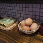 38773382 - カウンターの上にははや寿司とゆで卵が置いてあります。無料ではありません。精算のときに自己申告するのです。