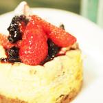 ココモモアンドコー - ストロベリーチーズケーキです。苺とブルーベリーが絶妙な味で、ケーキはもちもちしていました。もう一度食べたい!