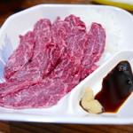 38775948 - 初栄定食の馬刺。さしも適度で柔らかな赤身の馬刺、美味い!