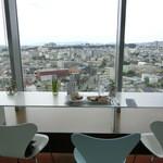 38776135 - 国体道路や和歌山市街が見下ろせる窓際のカウンター席。小さくお城も見えますよ。