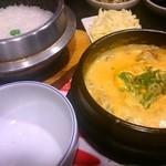 スントゥブ オッキー - 牛スジ1辛 モツトッピング  チーズ別皿  美味しい!