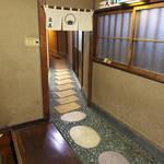 立花 - 廊下の石畳も、昭和30年代の建築として趣を凝らしたものであっただろう
