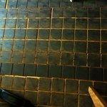 和パスタ煙草屋(禁煙) - 床が木製のタイルで出来ている。