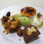 ロス・レイエス・マーゴス - デザートの盛り合わせ  マトゥ(自家製フレッシュチーズとハチミツ)  ジプシーのうで(チョコロールケーキ)  パスティスカタラナ  クレマカタラナ  ヨーグルトのムース  キウイのシャーベット