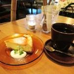 アリーカフェ - ホワイトチョコのニューヨークチーズケーキ、ブレンドコーヒー