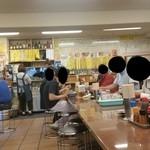三ちゃん食堂 - 大賑わいの店内、昼からすでに盛り上がってますね~♪