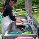 くぬぎ養鱒場 - とった鱒は娘さんが処理してくれます。発泡スチロールは350円です。