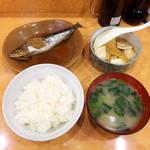食堂 旭屋 - ご飯と味噌汁(¥292)を付けて、全部で¥939の定食になりました(写真のほかにインゲン付)