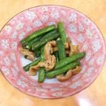 食堂 旭屋 - インゲン油炒め(¥173)。色よく仕上がったインゲン、油揚げの甘辛さでおかずにもなる