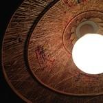 サイゴン・レストラン - テーブル照明を見上げる。素敵な刺繍が施されている。