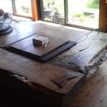 漁師料理十次郎 - どっしりとしたテーブル