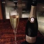 38811071 - お勧め3種のワイン 3888円(税込・10%サービス料別)から 1杯目 スパークリングワイン ブリゴット・プルミエ