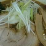 カレーらーめん じぇんとる麺 - 中央にはどーんと構える大きなやわらかなチャーシューが存在感ありあり。