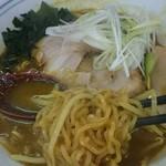 カレーらーめん じぇんとる麺 - 典型的な卵縮れ麺は西山製麺