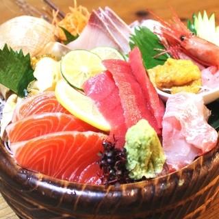 特盛りの刺身桶盛りはポリューム満点海鮮も充実