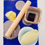 京料理いしす - デザート バジルのアイス・エスプレッソわらび餅・杏の最中・フルーツ