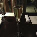 38823490 - スパークリングワインで乾杯。チリのバルディビエソ エクストラ ブリュット。