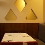 クチーナ ブッファ - ソファ席も多くてゆったりしたテーブル配置も嬉しい