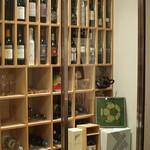 クチーナ ブッファ - 入口すぐのワインセラー