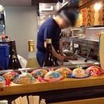 魚八 - カウンター内で海鮮丼を作る
