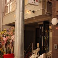 やきとり門傳 - B1F。1階部分から店内見えます。