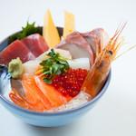 福原鮮魚店 - 料理写真:名物 海鮮のっけ丼。鮮魚店だからできる新鮮さとボリューム。1000円(税別ランチ限定)