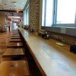権現湖パーキングエリア上り線 スナックコーナー・フードコート - 明るいカウンターでいただきましょ
